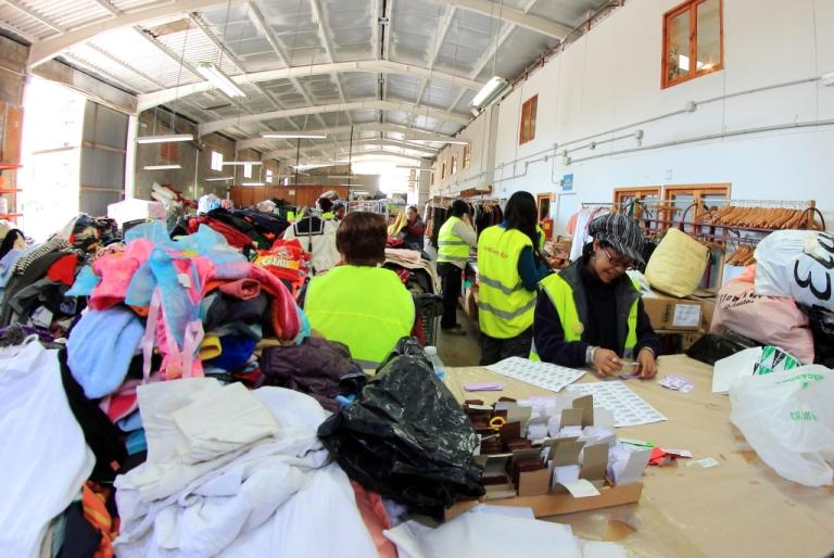 Las alternativas sociales al negocio de la ropa usada